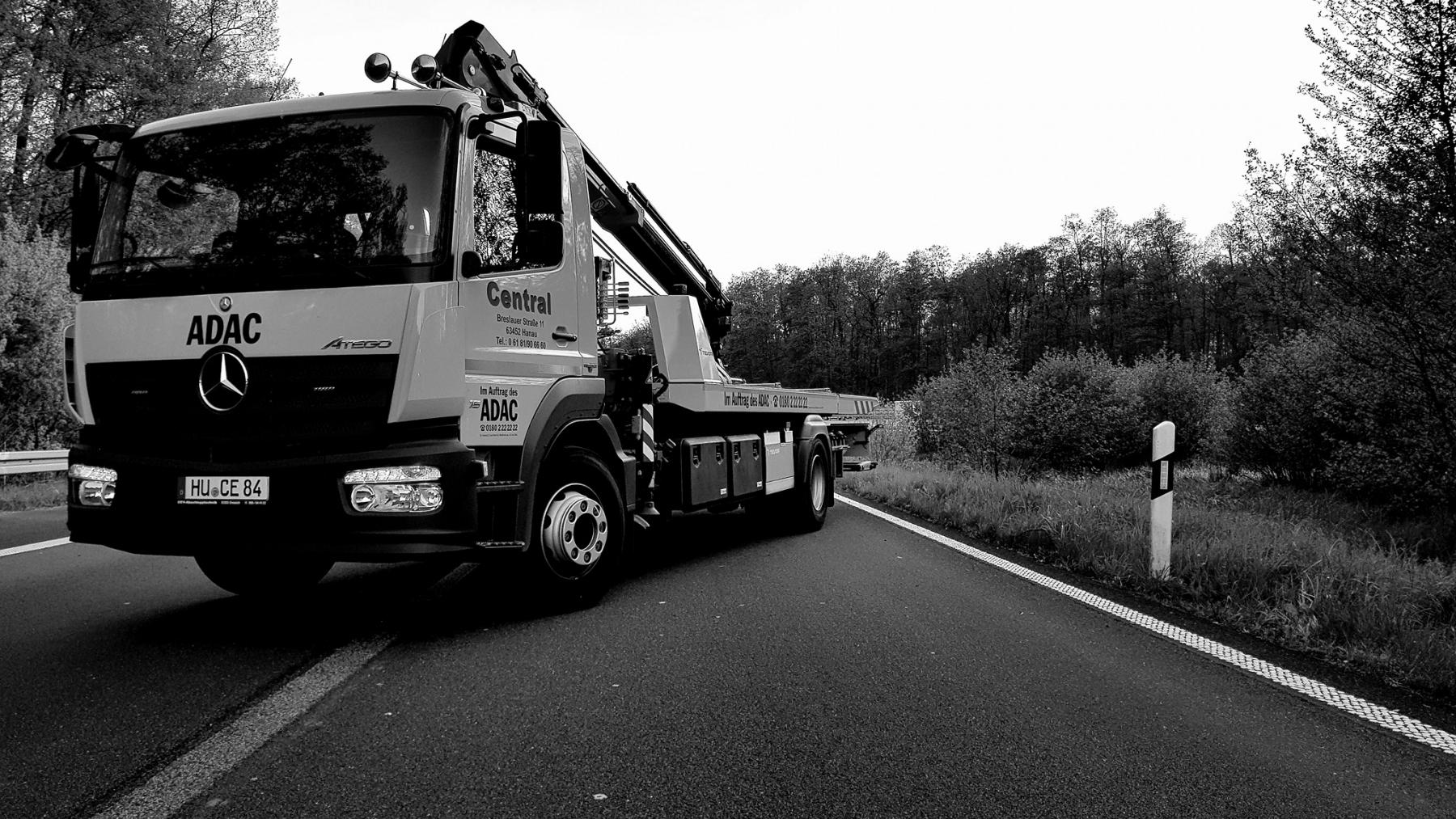 Kranwagen auf Autobahn